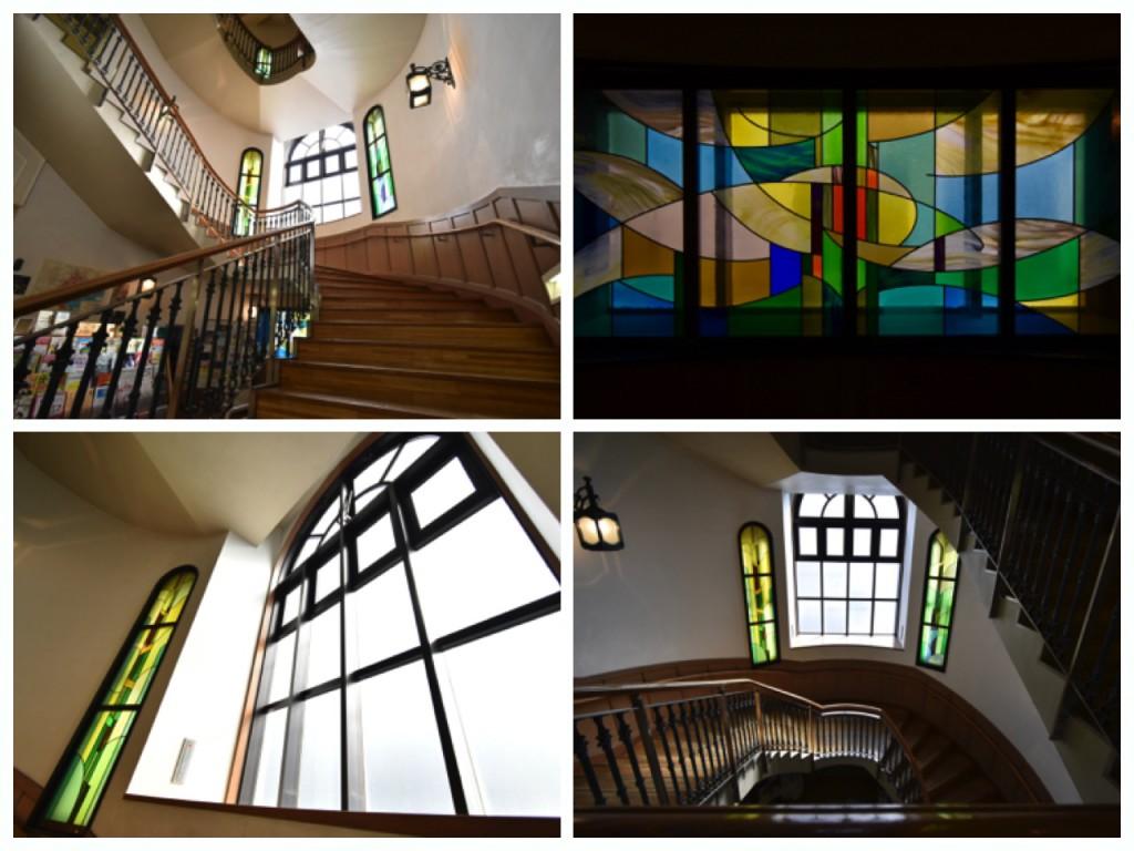 一階のステンドグラスと、雰囲気ある階段。