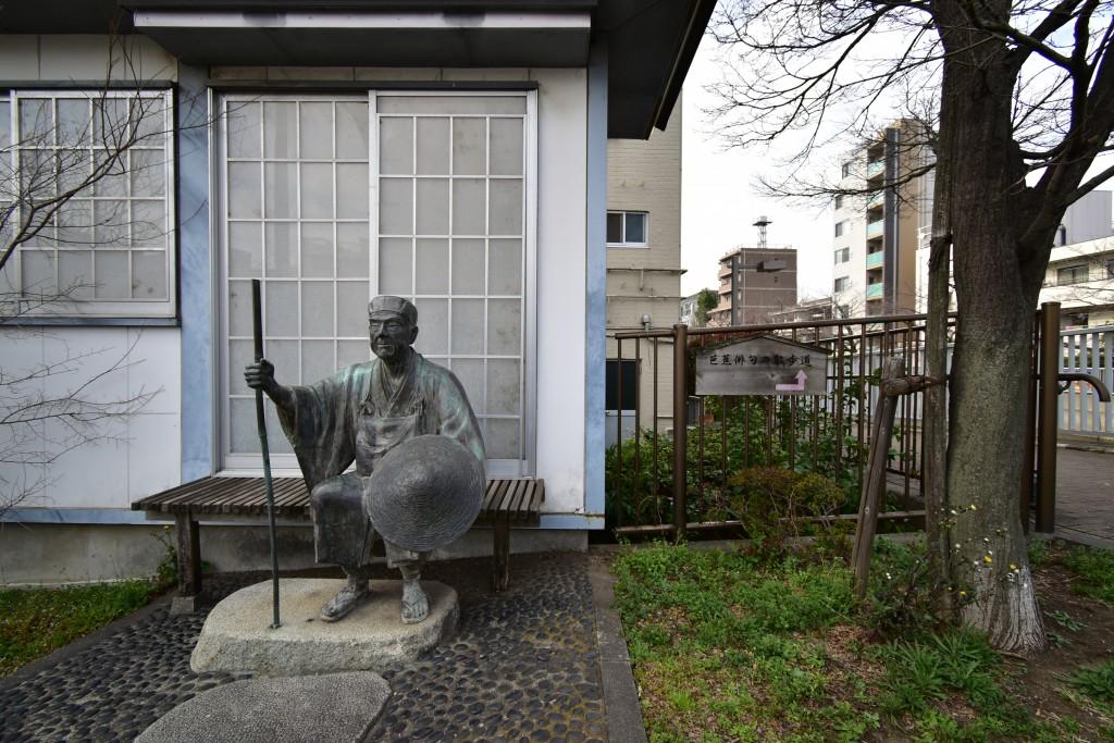 この銅像の先は「芭蕉俳句の散歩道」。その名の通り、俳句の看板が並びます