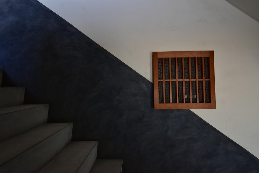 階段の途中にある窓。