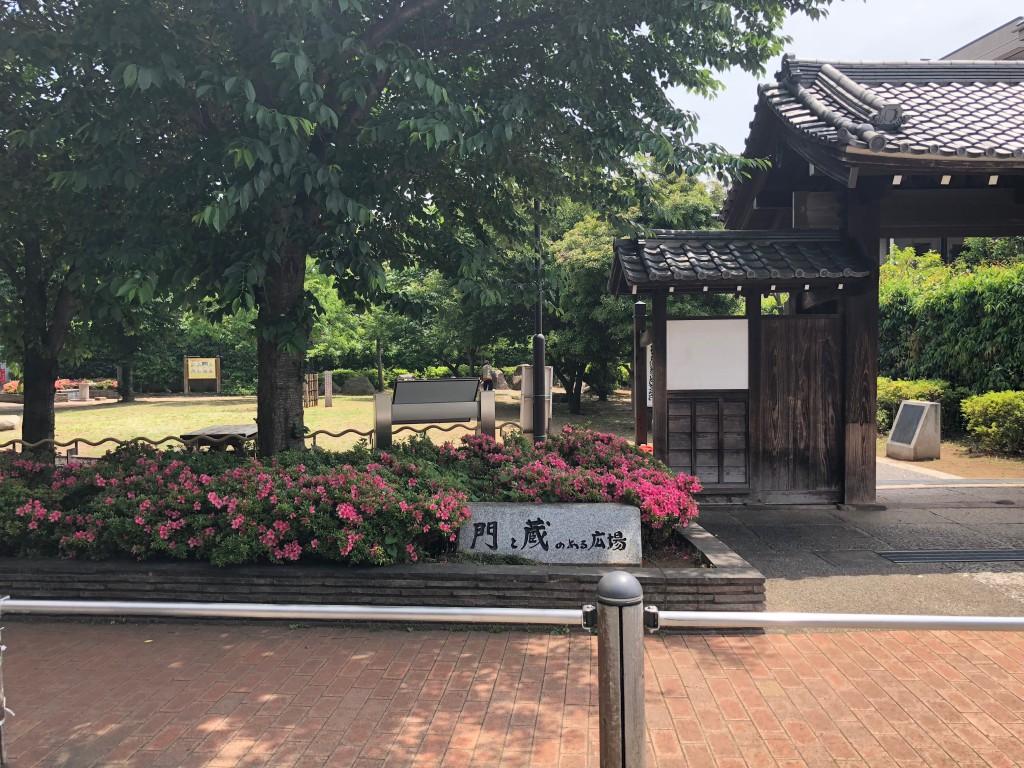 旧丹羽家の門と蔵のある広場
