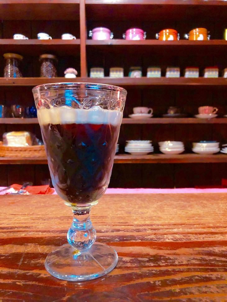 リキュールを混ぜたアイスコーヒーを注文。大人な味。