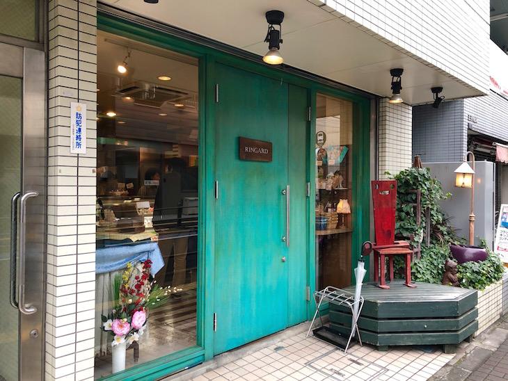 緑の扉がかわいくて目が惹かれます。