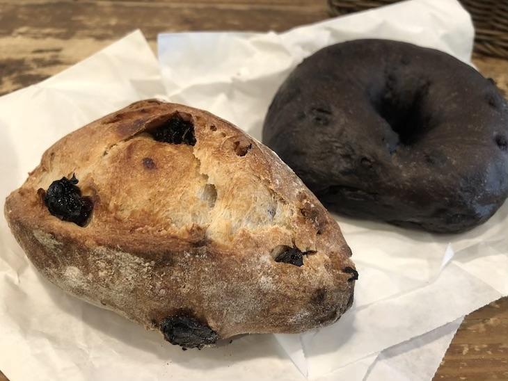 レーズンのライ麦パンと、まっ黒なチョコベーグル。