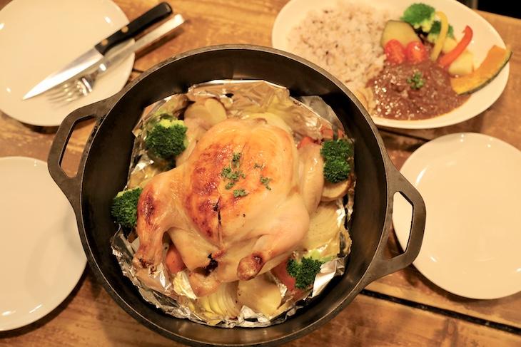 カレーやダッチオーブン料理、燻製もパスタもつまみも美味しい(丸鷄は要事前予約)