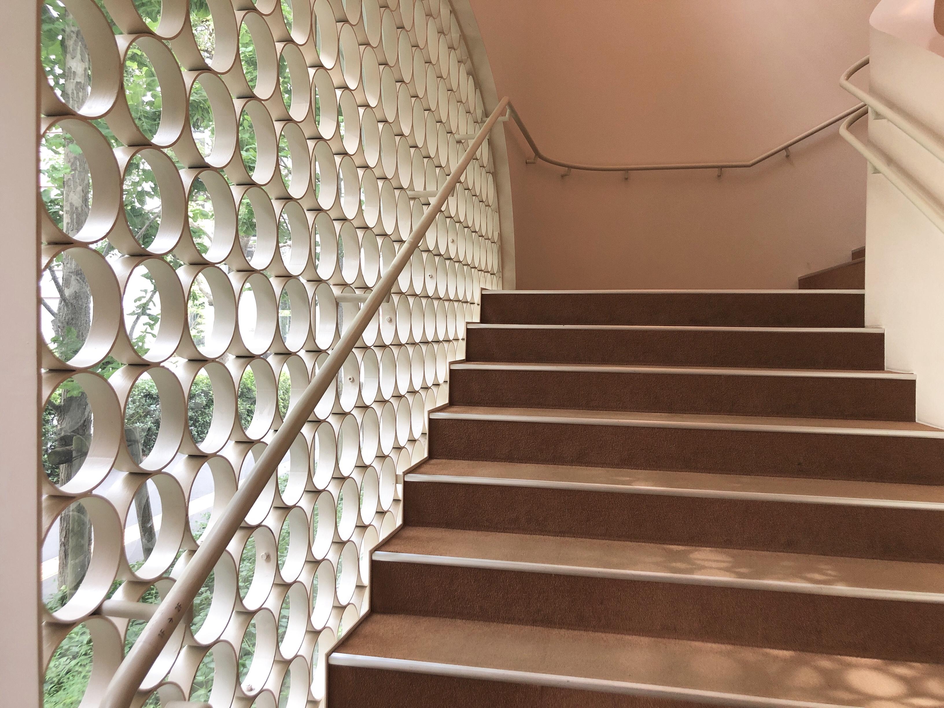 やわらかく陽の光が入る階段がステキです。