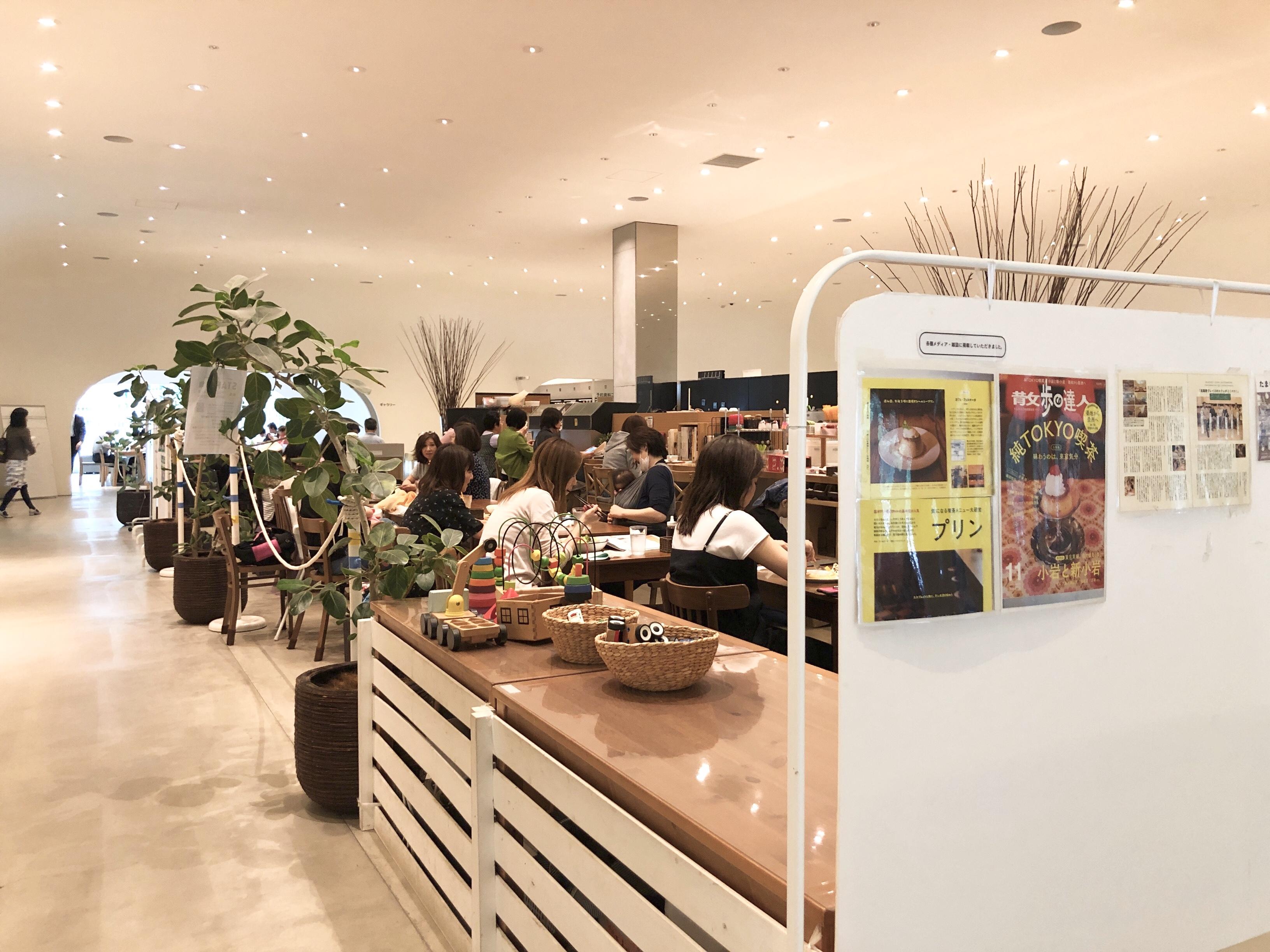 壁で囲われるでもなくオープンなカフェスペースです。
