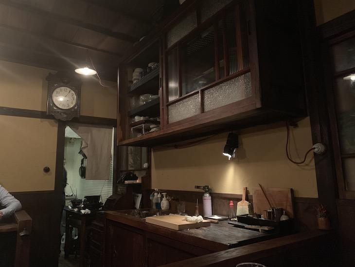 黒電話や時計、レジまで古道具…!最高の空間。