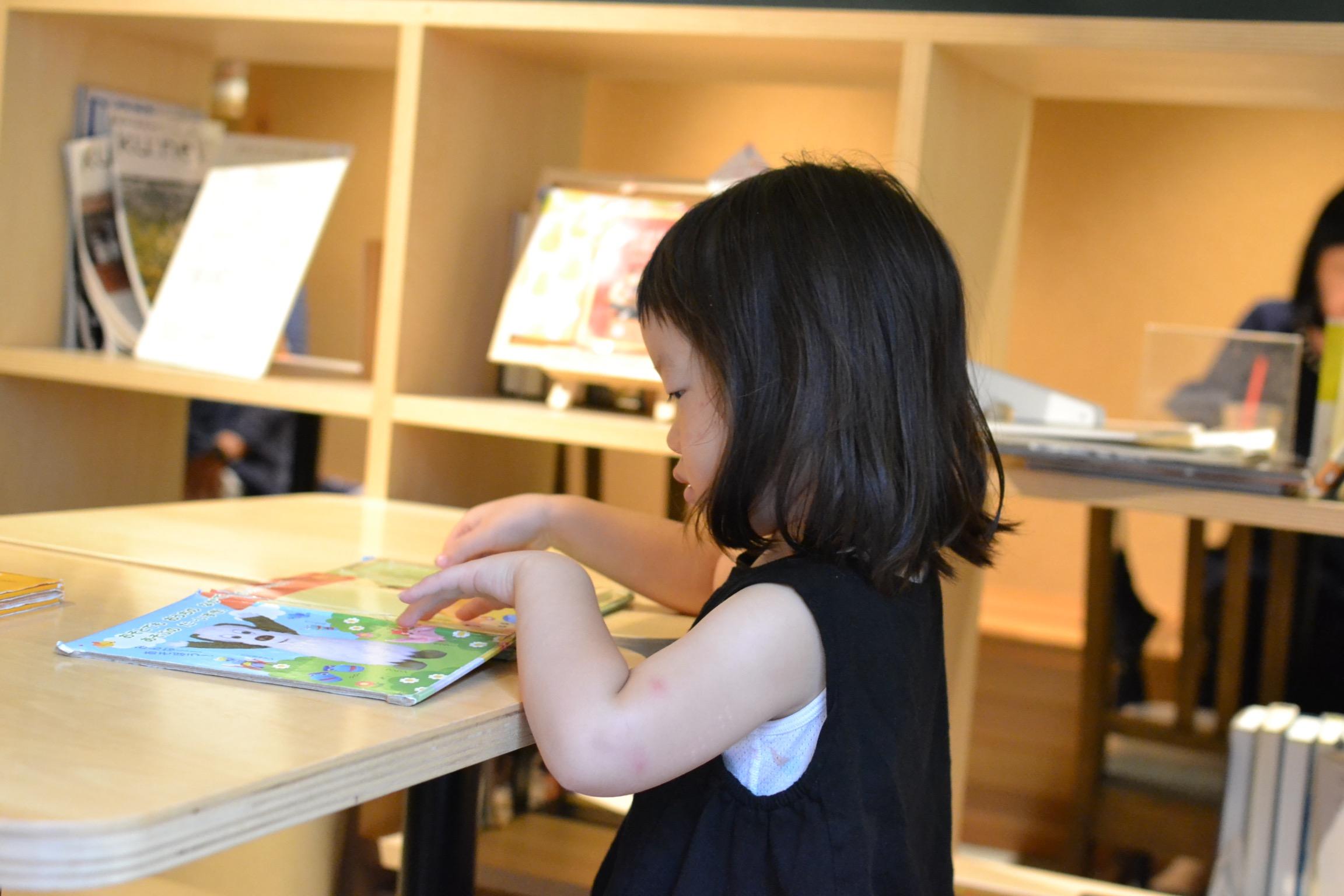 新しい本に触れる時間は子供も大人もワクワクします